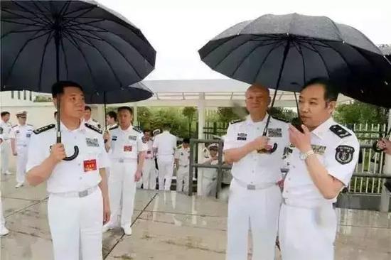 """下雨天,马伟明院士指挥,海军司令吴胜利亲自为我们的""""国宝""""打伞!"""