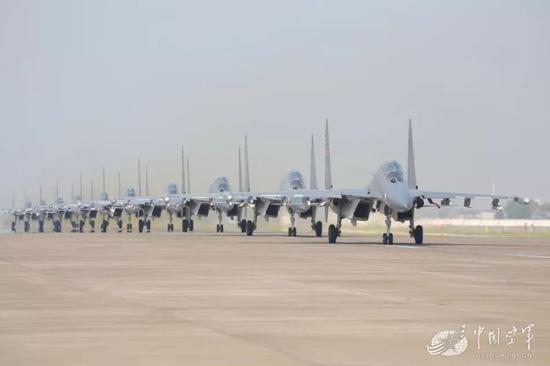 """东部战区空军航空兵某旅苏-30机群""""大象漫步"""",整洁的军容军貌让人十分震撼"""