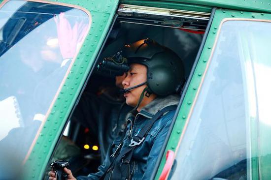 图片:头戴夜视仪的米-171飞行员