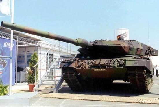 使用55倍径120毫米主炮的豹2A6
