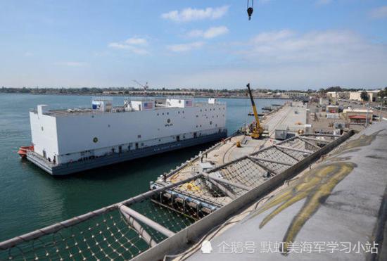 中国为航母配备专门保障船 美军却用无动力驳船替代