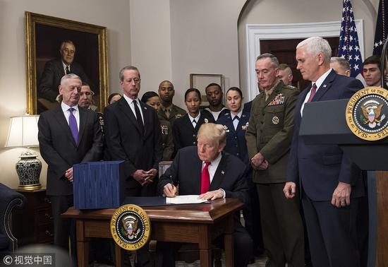 特朗普签署美国防授权法 台美军舰互停将纳入评估