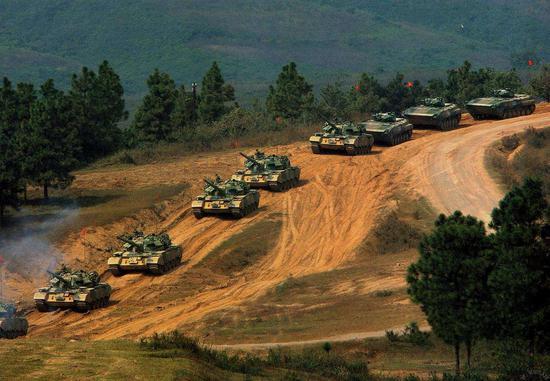 解放军目前还装备有大量59D主战坦克和86式步兵战车。