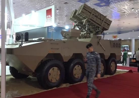 图片:中国最新型轮式红箭-10导弹发射车。