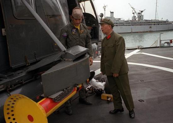 ▲刘华清曾两度登上美军航母