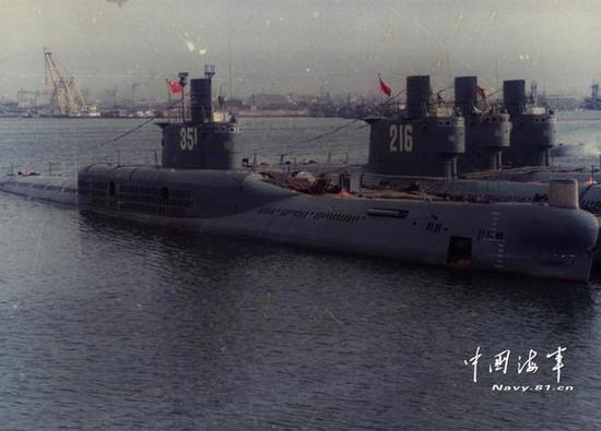 图片:安装侧面倾斜发射装置的351号潜艇,这种老式设计已经不再使用。