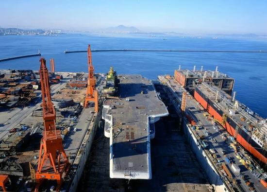 """""""瓦良格""""号航空母舰在大连造船厂完成续建。"""