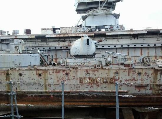 """图为锈迹斑斑的俄""""无恐""""号导弹驱逐舰。该舰已经没有任何修复的价值和希望了。"""