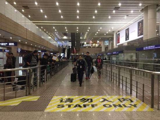 11月30日上午,第二批滞留旅客回国 图片来自:澎湃新闻