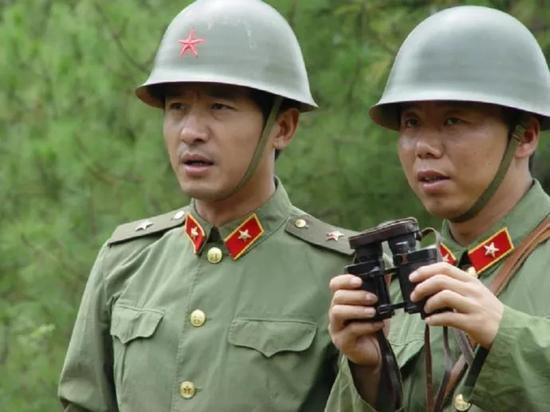 背景设在79年的电影芳华却出现82年钢盔 是穿帮吗