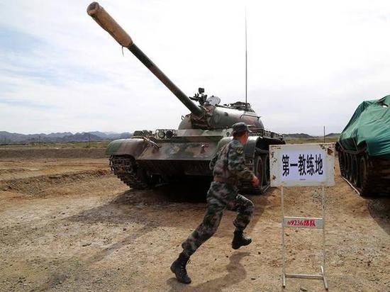 某装甲团组织机关干部使用59式坦克进行训练
