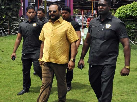 资料图:印度商人帕拉卡(Pankaj Parakh)身穿一件价值21.3万美元的纯金衬衫