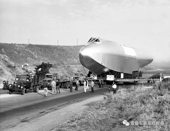 运输中的 机身   H4起飞重量预计达到180吨,甚至未来可能提升到200吨以上,是AG600最大起飞重量的将近四倍。在那个年代,建造这么一款巨型飞机的难度极大。原本H4在1942年就签订了合同,但是由于军方对于铝材料的限制以及生产这么一款巨型飞机极为不易,所以原本军方希望在合同签订的两年内就生产出两架遮掩的超级运输机,但是直到1947年,战争结束两年后,H4才建造了出来。准备试飞。