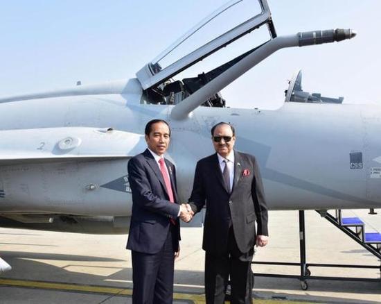 印尼和巴国总统在枭龙前合影