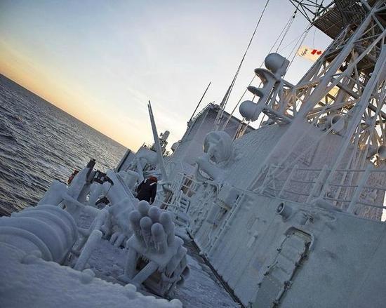 再高科技的军舰对这也没辙 韩国军舰曾被冻成大冰雕