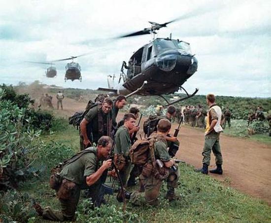 美军越战举办前线劳军演出 越军连开25炮
