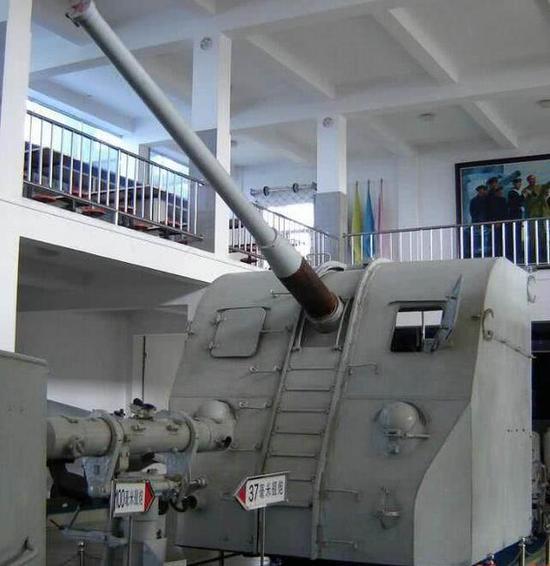 61型单管100毫米舰炮弹道性能好,射程和威力都比较可观