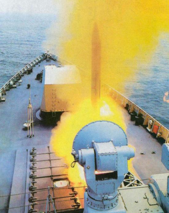 """据传,美国海军曾经论证认为亚音速巡航-末端超音速掠海冲刺的具有""""隐身""""性能的反舰导弹是最适合现代战争的导弹,从这个角度来讲,大量普及给052D驱逐舰的鹰击-18是目前最符合这一设想的反舰武器"""