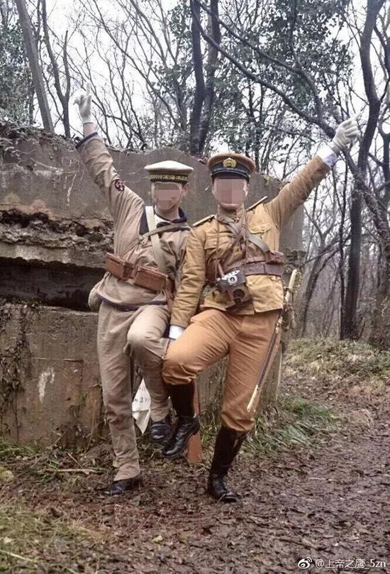 两男子穿日本军服在南京抗战遗址拍照 警方介入调查