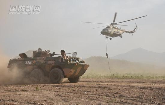 双方官兵展开分队反恐战术训练。