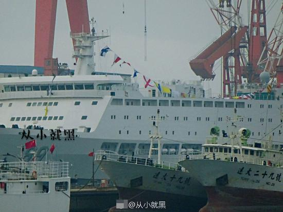 中国国产航母试航在即 89号保障船已悬挂信号旗(图)
