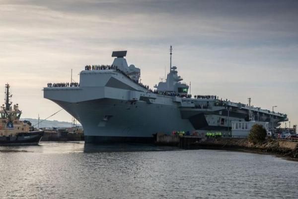 英国海军威尔士亲王号航母首航 甲板上人头攒动