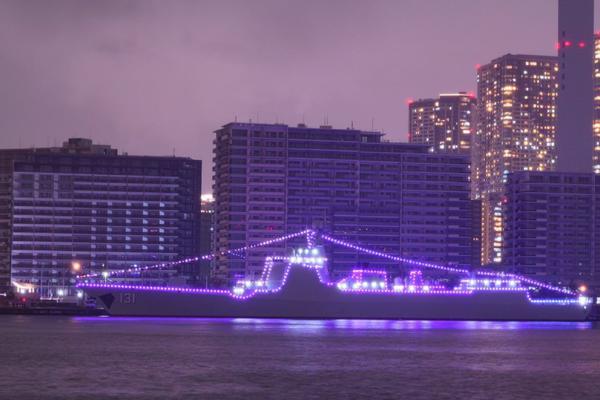 展示两国人民友好!我军052D太原舰日本码头亮彩灯