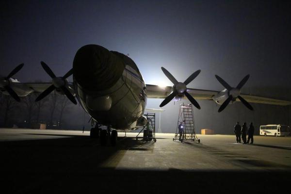老兵带新飞!我海航大学运8运输机开展夜航训练