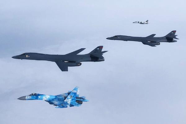 乌克兰苏-27和米格-29伴飞飞越乌的美军B-1B