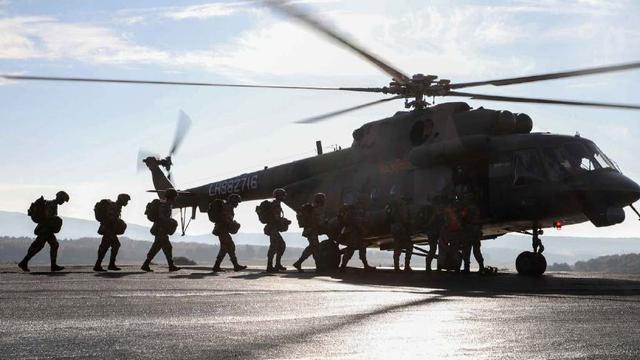 何时换装直20?我75集团军特战队员乘米171首次伞降训练