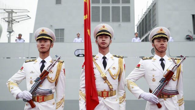 男神议案团亮相!中国人民解放军海军仪仗队列队