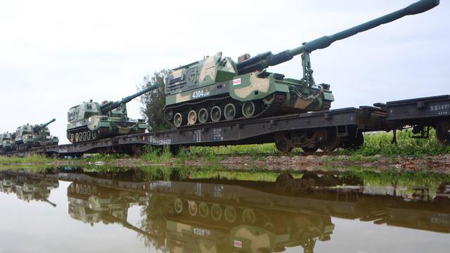 大杀器千里转进!陆军某炮兵旅多型重火器赴大漠演练