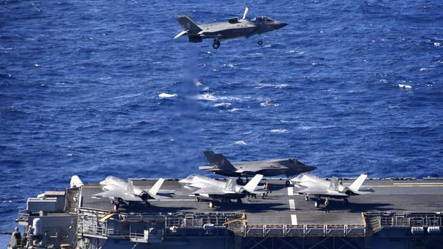美兩棲戰斗艦西太平洋訓練 5架F-35B戰機同框