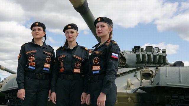 女兵車組首次亮相坦克兩項大賽 駕燃氣輪機坦克比拼