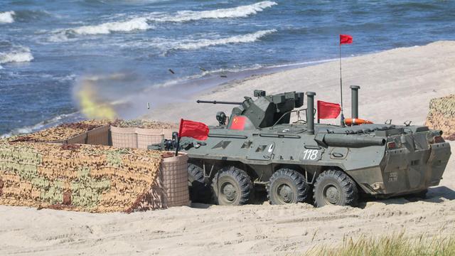 30小炮突突突!我軍駕駛俄制BTR-82A戰車征戰海上登陸