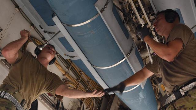 美軍B-1轟炸機接受地面維護 彈艙內部罕見曝光