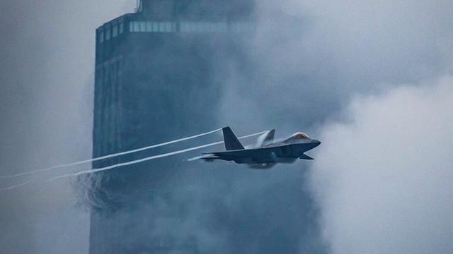 拉出绚丽涡流!美军F22战机在芝加哥超低空表演