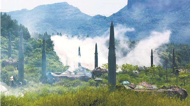 中国火箭军密林布阵:至少9枚东风16导弹同时竖起
