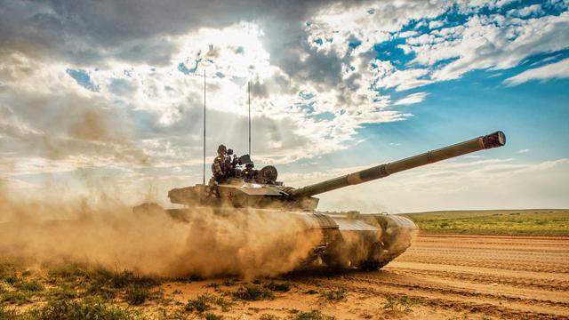 铁骑横扫卷黄沙!我军合成旅99坦克征战漠北古战场