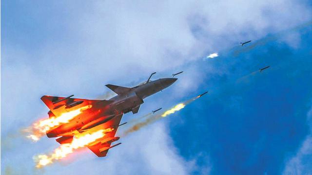光荣传统不能丢!实拍我空军歼-10C战机飙射火箭弹