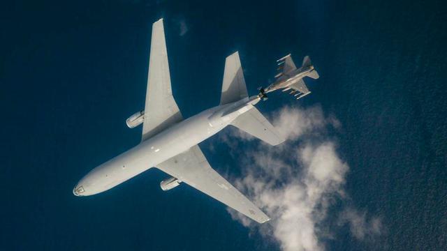 美空军F-16战斗机进行颤振试验 加油机全程陪同