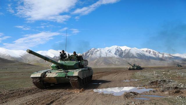 恰如猛虎下山!陆军某部高原演练99坦克势不可挡