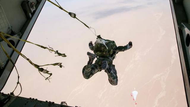 身先士卒!我军政治工作干部高空伞训率先跳出舱门