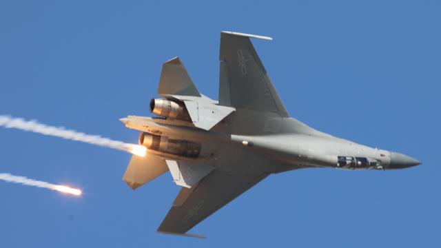 全国人民第一次看:空军开放日歼16战机打干扰弹