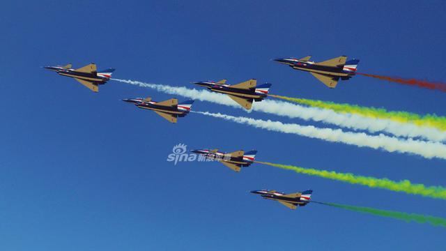 精彩炫目!八一飞行表演队上演空中芭蕾为空军庆生