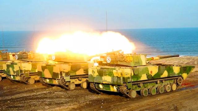 05战车集火猛射!对台一线两栖部队抢滩登陆实弹演习