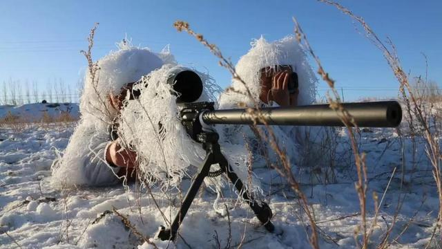 雪地暗藏杀机!武警新疆总队狙击手野外实训伪装专业