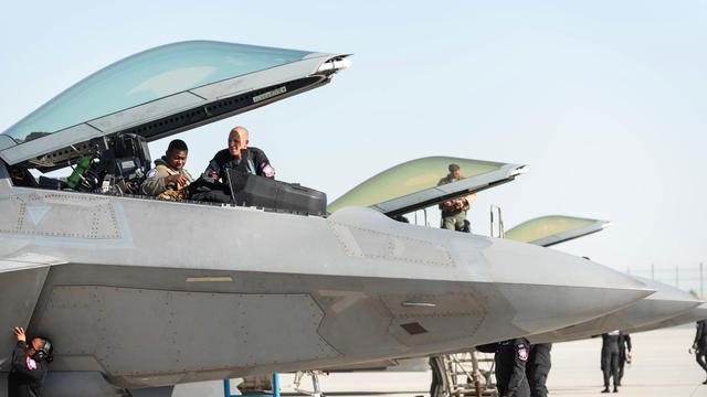 给大家伙随便看!美国空军F22多机现身迪拜航展