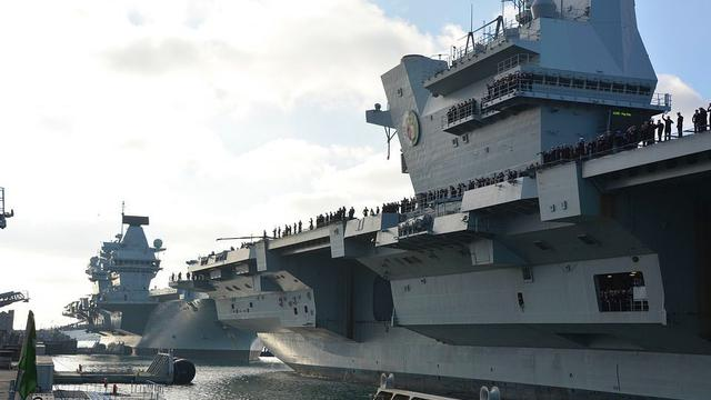 我们也要看齐!英海军两航母首次在母港汇合场面震撼