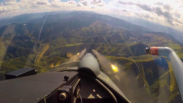 飞行员第一视角:空军歼10C战机发射火箭弹对地打击